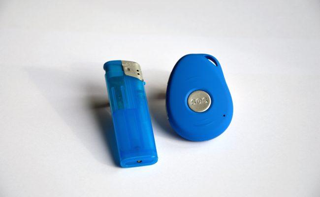 Vergleich PADRINO - mobiles Hausnotrufgerät mit handelsüblichem Feuerzeug.